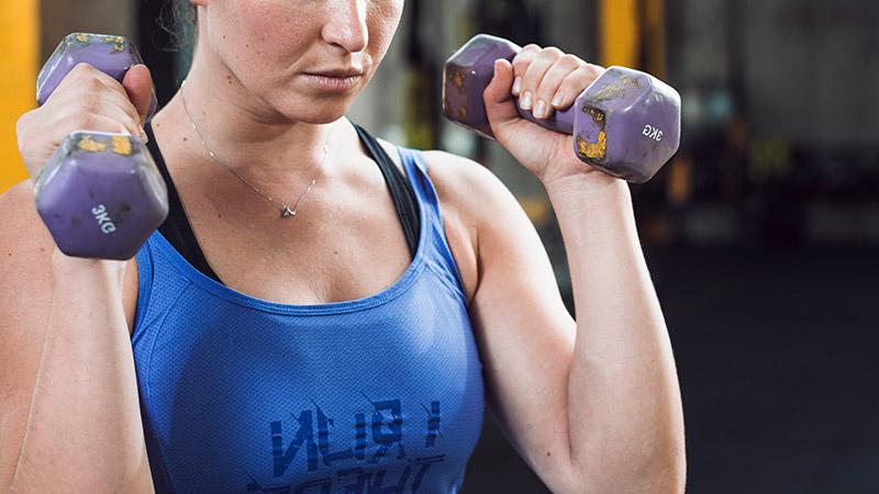 femme avec haltères pour du renforcement musculaire
