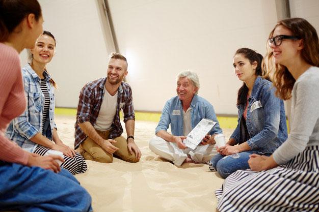 groupe de formateurs assis expérimentant les sciences cognitives
