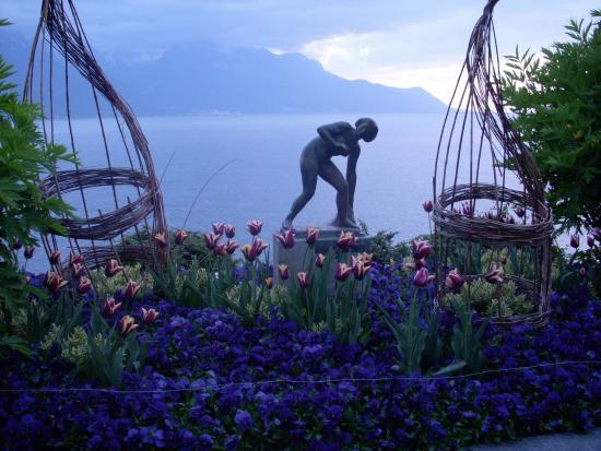 Statue de bronze du bord du lac Léman, comme dans la pièce de théâtre de Christophe Gatesoupe
